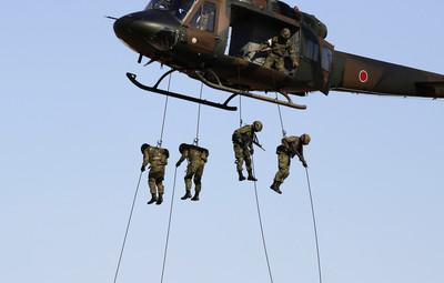 自衛隊直升機失衡著陸 機身斷兩截