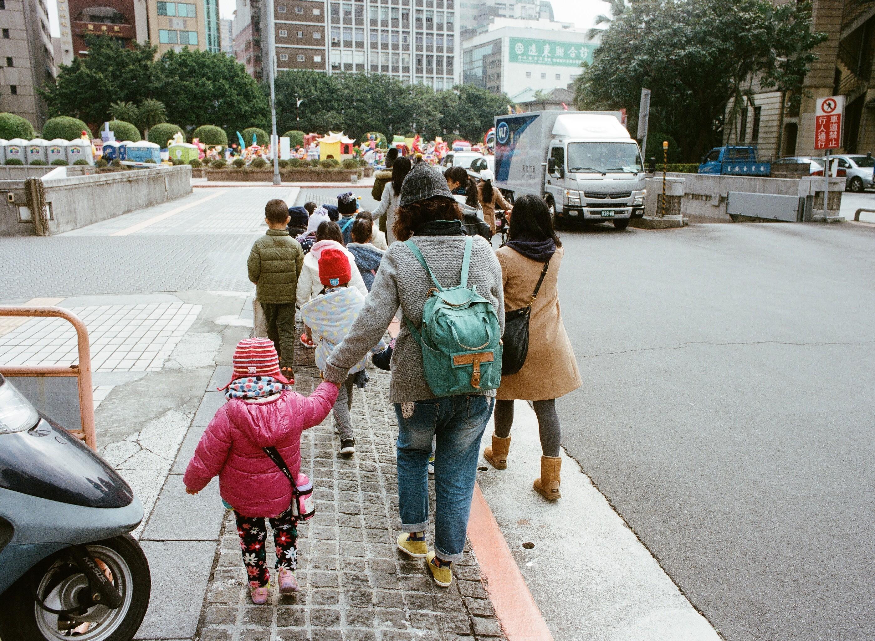 ▲▼小朋友,小孩,兒童,家長,親子,假日,育兒,散步,出遊。(示意圖/記者李毓康攝)