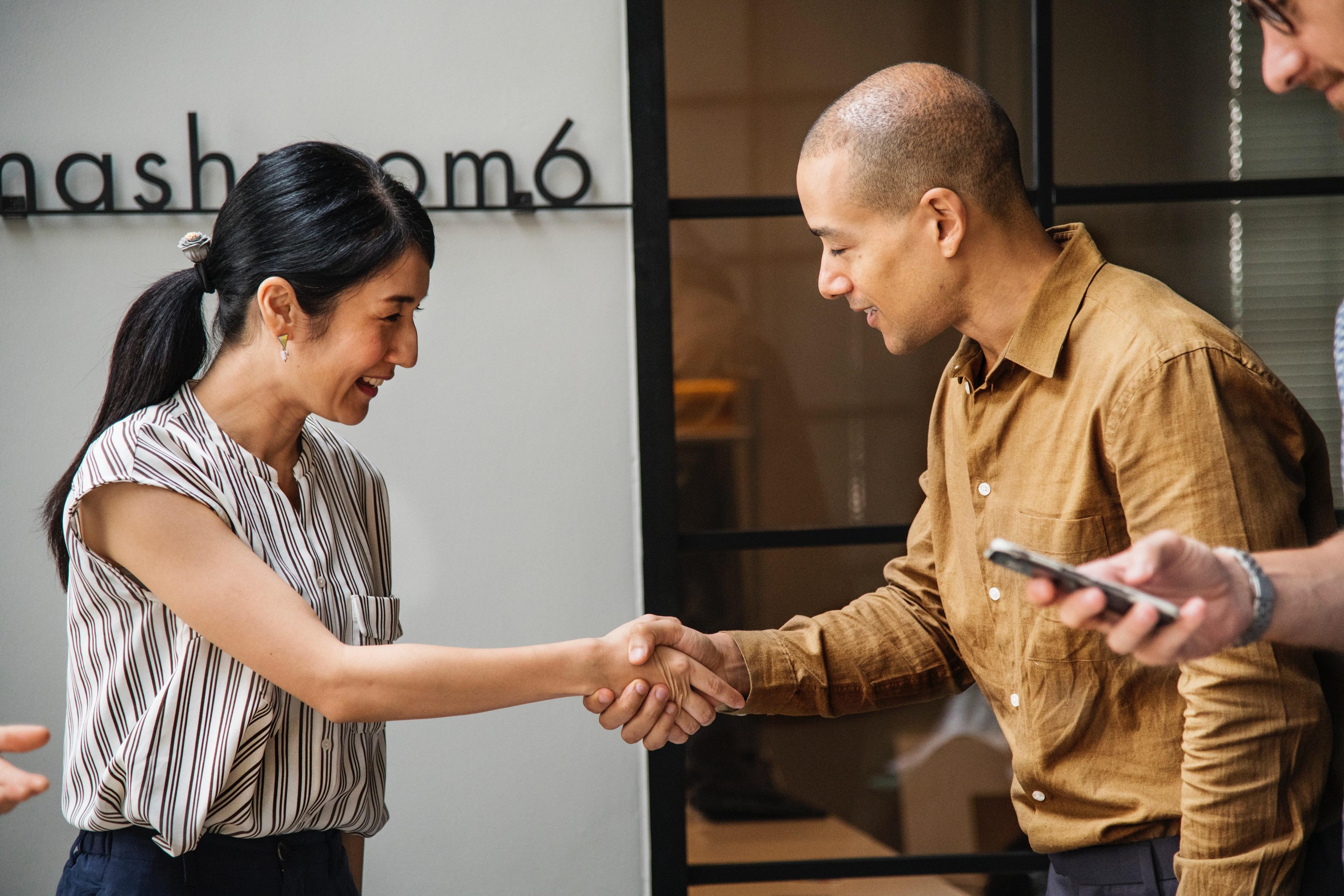 ▲握手,打招呼,商業夥伴,會議,商場,開會,客戶,同事。(圖/取自免費圖庫Pexels)