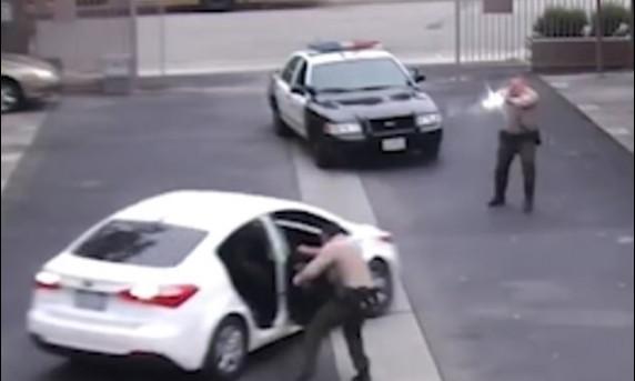 ▲LA警方被控手無寸鐵的父親狂開34槍。(圖/翻攝自Youtube)
