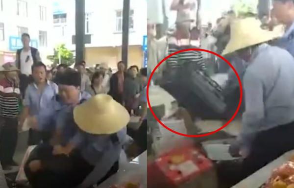 影/水果攤販被城管「瘋狂毆打」 倒地後再遭塑膠籃狠砸...混亂畫面曝光!