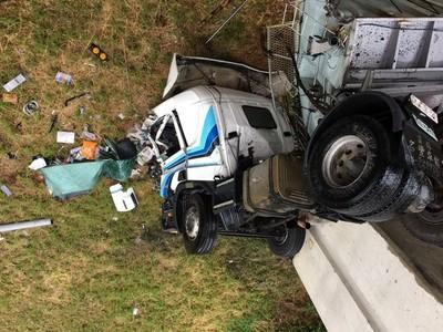貨櫃車翻落10米深邊坡車頭全爛 駕駛自行爬出