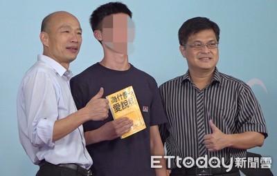 雄中生抱書嗆韓國瑜 他:他校要怎麼突破?