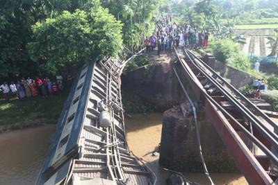 孟加拉火車翻覆落河 5死逾100人傷