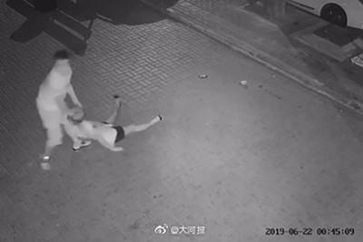 深夜街頭女孩慘遭「虐打扒衣拖走」