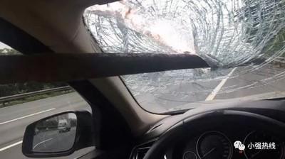 高速公路飛來鐵棒「貫穿車窗」