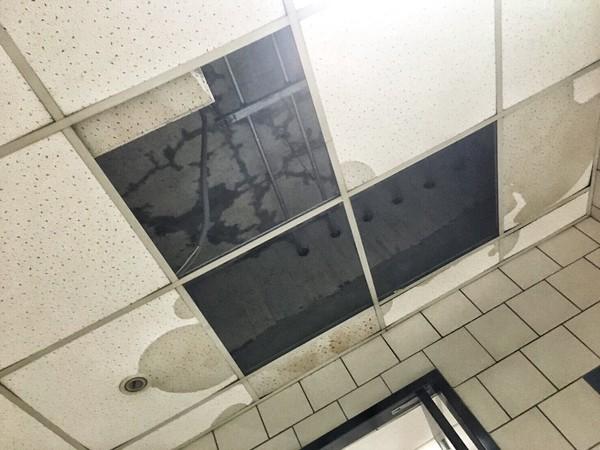 ▲▼樓梯間公設天花板也嚴重漏水。(圖/民眾JJ提供)