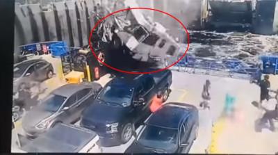 廂型車2秒墜砸渡輪 民眾嚇傻急逃