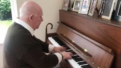 失智爺爺零失誤彈完「38年前老曲子」 兒喜極而泣:他每個音符都記得!