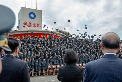 蔡英文出席三軍六校畢典 勉勵「和平靠國防」
