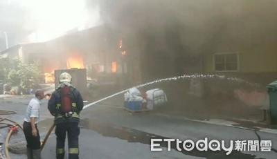 即/五股鐵皮工廠大火 持續延燒濃煙竄天