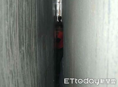 台南生男童「卡」大樓夾縫 消防人員誘導脫困