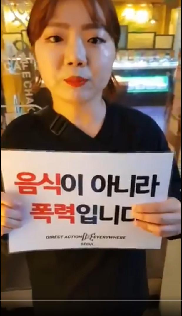 ▲▼女子到烤肉餐廳抗議(圖/翻攝自Twitter@scentvegan)