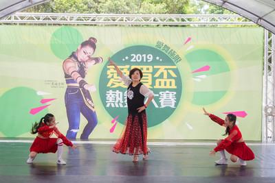 65歲奶奶帶孫女熱舞 第三屆愛買盃熱舞大賽開跑