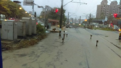 雨彈狂炸!台鐵桃園-鶯歌水淹軌面