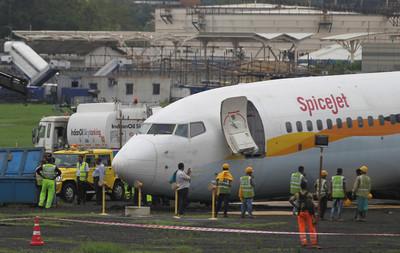 孟買暴雨!水淹機場 飛機降落衝出跑道