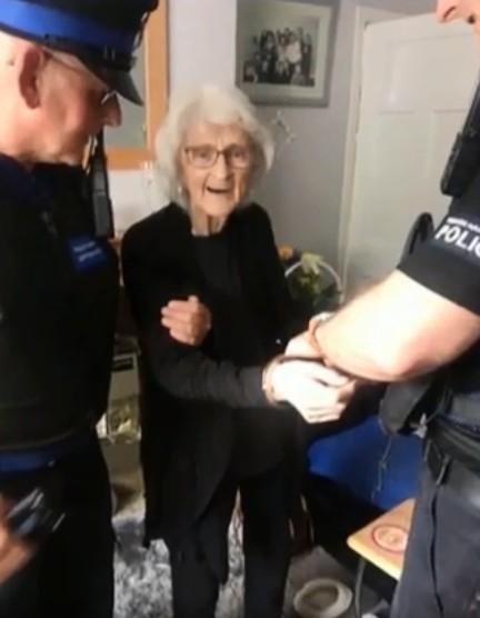 ▲▼老奶奶希望被逮捕一次。(圖/翻攝自YouTube)