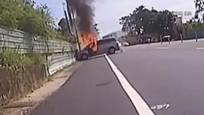 汽車自撞起火 2騎士勇救駕駛