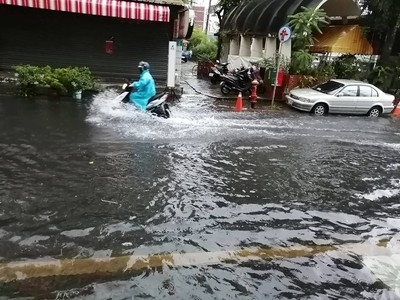 台南清晨強降雨 「安中河」再現