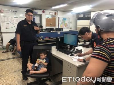 2歲小男童逛大街 蘆洲警安撫助返家