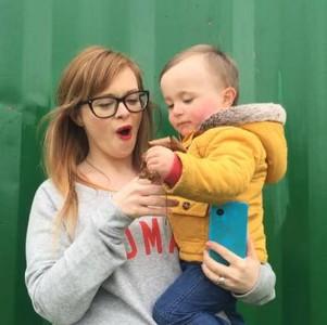 愛爾蘭女星讓4歲愛子趴胸吸奶