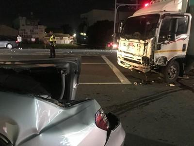 大貨車翻覆 連撞4車