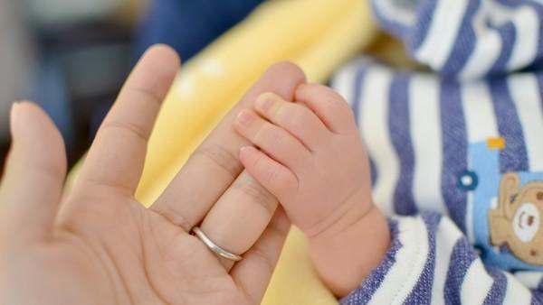 ▲桃園市張姓女子今年3月間因細故與媽媽爭吵,以手摀住3月大兒子被媽媽阻止報警。(示意圖/pixabay)