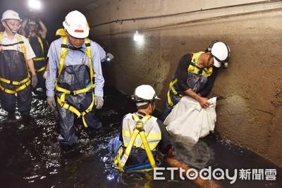 穿青蛙裝下地視察 韓國瑜:淤積很厚