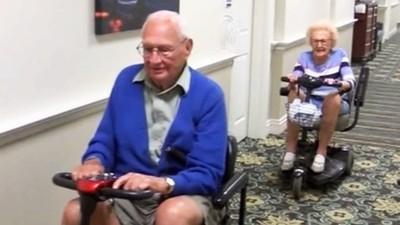 最愛騎電動車約會!100歲爺爺相戀103歲奶奶 真愛永遠不嫌晚