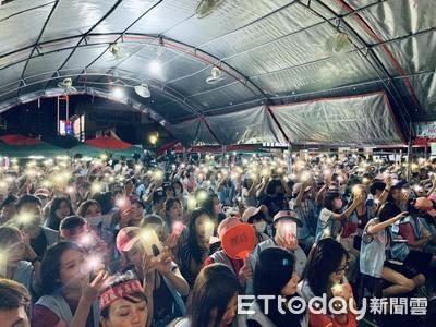 罷工落幕!千名長榮空姐高舉手機燈海慶祝