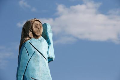 斯洛維尼亞「立梅蘭妮亞木雕」 布幕掀開居民崩潰
