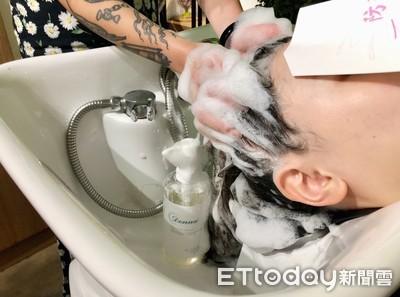 扁塌出油又飄異味!「洗髮超NG行為」很多人第一步就錯了