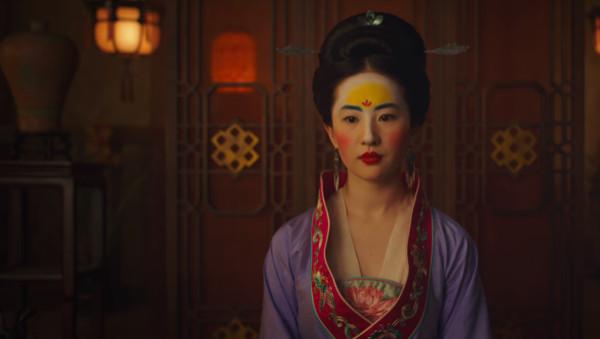 ▲▼《花木蘭》劉亦菲的妝容引起討論。(圖/翻攝自YouTube/Walt Disney Studios、《國學網》)