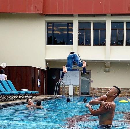 ▲黑人趁著週末親自教飛飛翔翔學游泳。(圖/翻攝自黑人Instagram)