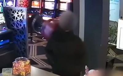 男客持椅砸5下又丟盆栽 英勇擊退搶匪
