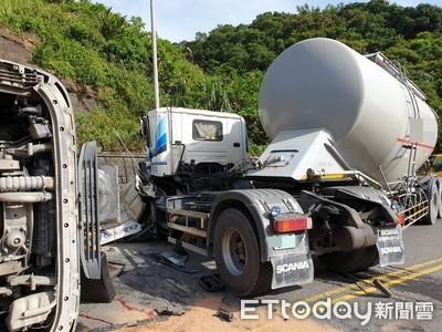 基隆台2水泥車「高速對撞」 1駕駛遭夾命危