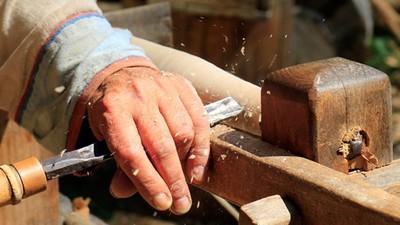 巧用「古代名將武器」教木工科背歷史! 老師桌後多了一排刀劍戟