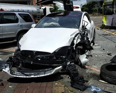 碰撞公車 特斯拉「輪胎皮噴出」車頭毀