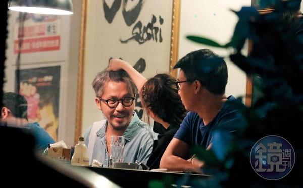 02:15 李妍憬(中)和3名男性友人在酒吧喝酒,滿臉通紅的她,不斷轉頭對鬍鬚男(左)發動攻勢,摸臉又摸頭。