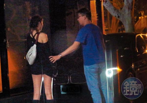 02:39 李妍憬(左)和男友暗巷交纏成人肉麻花捲後,由男友開車送她回家。