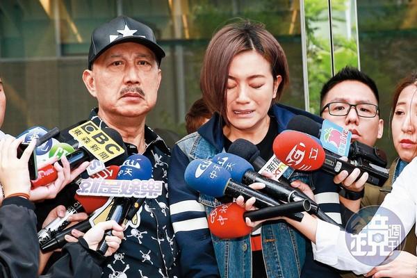 2016年李妍憬(右)酒後和計程車司機互毆,當時余天(左)還陪她開記者會道歉。
