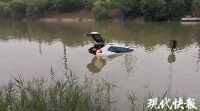 影/熊孩子車上哭鬧 父親分神衝2公尺深河中險喪命