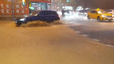 即/台南大雷雨淹水 淹半個輪胎高