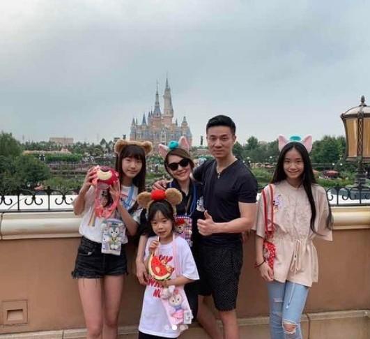 ▲小S全家上海迪士尼玩。(圖/翻攝自Instagram/小S)