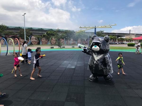 不怕濕了!熊讚終於有特製雨衣穿 準備跟柯文哲開打水仗