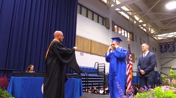 自閉症少年怕吵上台摀耳 全體安靜「降分貝拍手」祝福他畢業