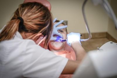 病人「一排假牙搖晃」 牙助一問傻眼:貪小便宜