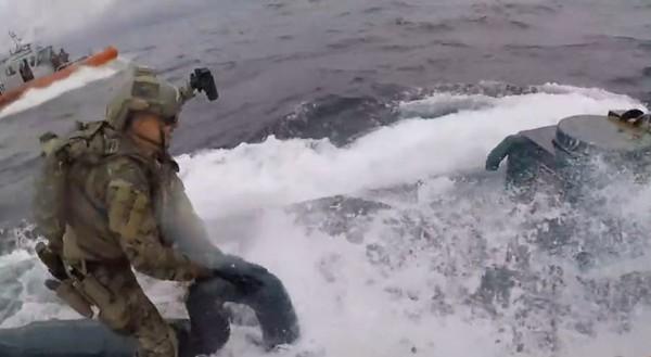 ▲▼最狂緝毒!海豹部隊追殺海洛因潛艇 大海中掰開艙蓋!影片曝光。(圖/翻攝自U.S. Coast Guard推特)
