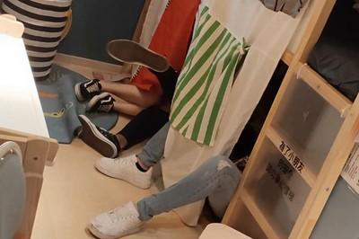 暑假屁孩侵略IKEA腿開開睡一起 網友嘆:記得戴套吧