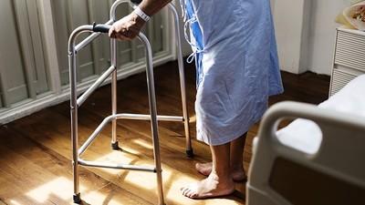 90歲老母孤獨死!女兒稱沒錢下葬 將遺體放在家一年半「變木乃伊」